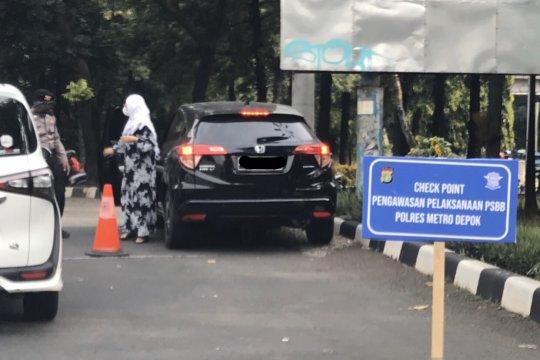 Petugas lakukan penertiban PSBB di perbatasan Jaksel-Depok