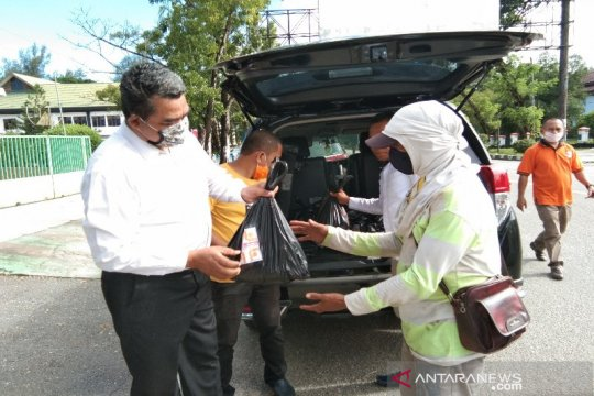 Bawaslu Sultra berbagi sembako bagi warga kurang mampu di Kota Kendari