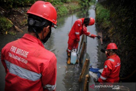 Penanggulangan kebocoran minyak di Bandung
