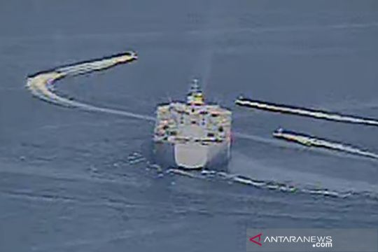Manuver kapal Iran di depan kapal perang AS