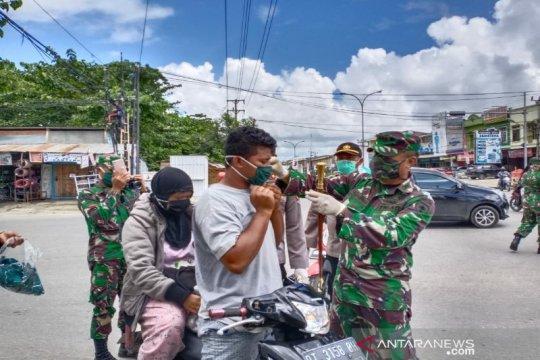 Personel TNI-Polri di Kendari bagikan 10.000 masker ke pengguna jalan