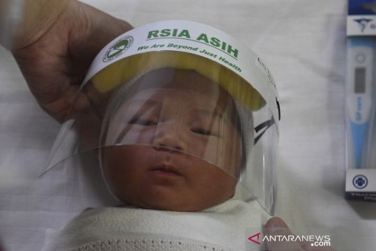 Pelindung wajah bagi bayi yang baru lahir di RSIA Asih