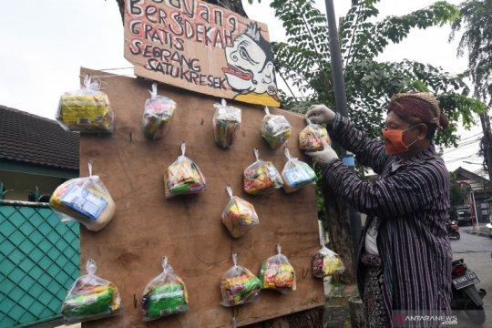 Seniman Wayang Uwuh berbagi sembako gratis