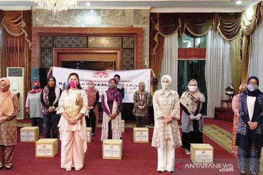 Dekranas bagikan sembako kepada pengrajin di Palembang