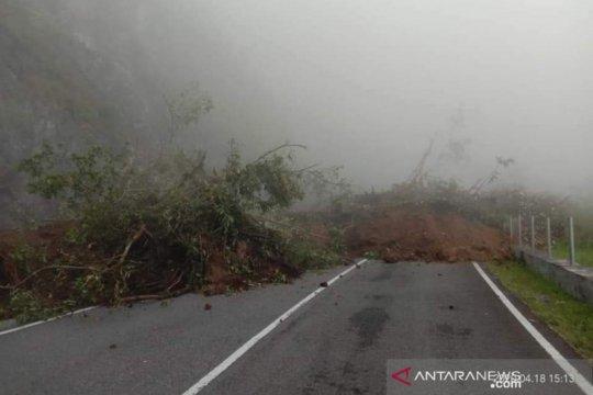 Jalan Bukittinggi-Padang via Malalak longsor tidak bisa dilewati