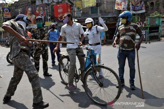 """Petugas bersenjata tongkat razia warga yang keluyuran saat """"lockdown"""" di India"""