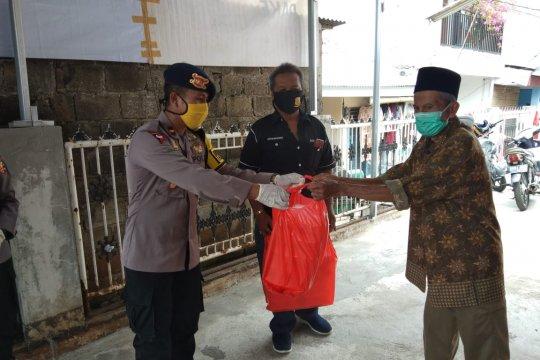 Paket makanan didistribusikan ke warga Jalan Musyawarah Kebon Jeruk