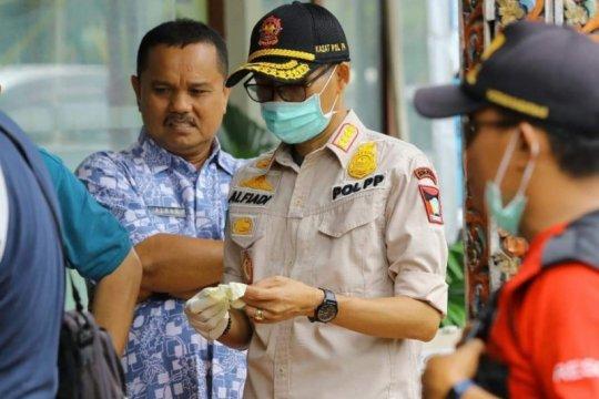 Satpol PP Padang edukasi warga lakukan tradisi ziarah kubur
