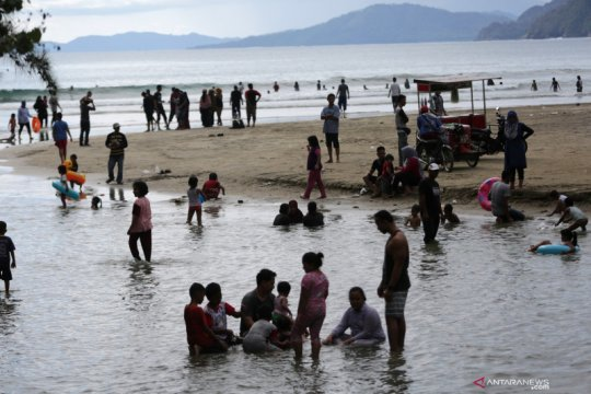 Wisatawan padati pantai di Aceh di tengah wabah COVID-19