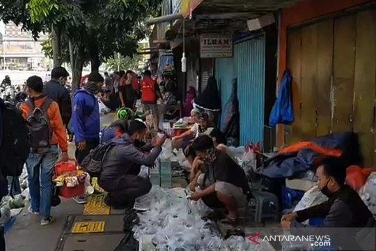Satpol PP Jatinegara bubarkan kerumunan Pasar Ikan