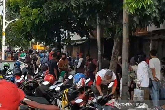Satpol PP gembosi ban kendaraan konsumen di Pasar Jatinegara