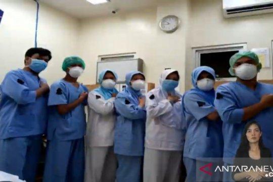 Perawat gunakan pita hitam bentuk duka cita terhadap rekan sejawat