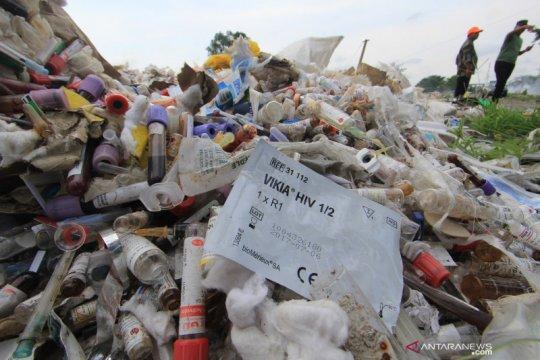 DLH Kepulauan Seribu musnahkan 9 kilogram sampah medis dan B3