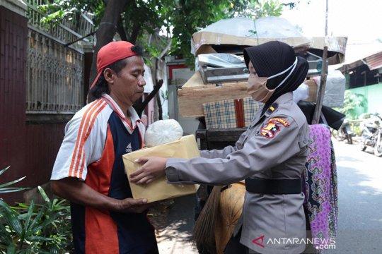 Polwan Divhumas Polri bagikan paket sembako bantu warga saat pandemi