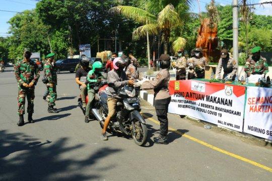 TNI-Polri bagikan 500 nasi bungkus buat ojol di wilayah Denpasar