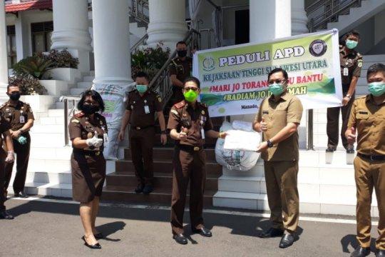 Tangani COVID-19, Kajati Sulut bantu APD sejumlah puskesmas di Manado