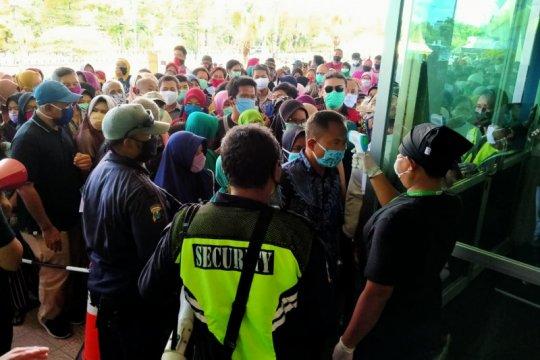 Ratusan warga mengantre beli sembako murah Lumbung Pangan Jatim