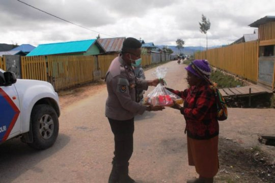 Polres-Bhayangkari Paniai bagi masker dan sembako kepada warga