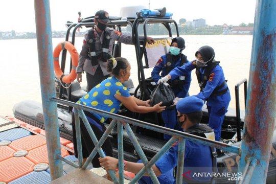 Ditpolairud Polda Jambi bagikan sembako di perairan sungai Batanghari