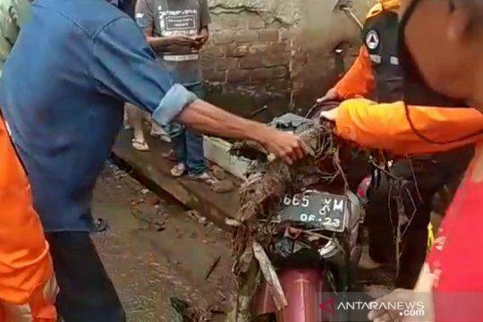 Pengendara motor tewas terseret arus saat melintasi banjir di Cimahi