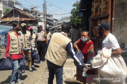 Polres Jakpus libatkan napi asimilasi bagikan bansos di Sawah Besar