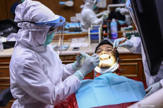 Cegah penyebaran COVID-19, dokter gigi gunakan APD