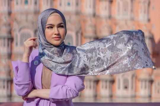 Buttonscarves gandeng artis Malaysia Elfira Loy untuk koleksi baru