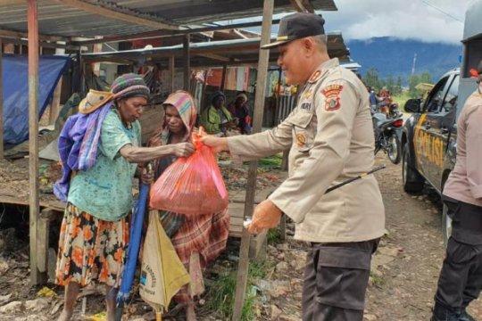 Polres Deiyai Papua berikan sembako untuk warga Distrik Tigi