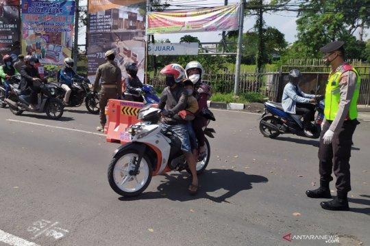 Berboncengan sepeda motor kini dilarang masuk Kota Bandung saat PSBB