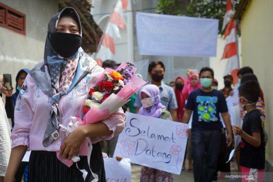 Disambut bak pahlawan, warga Tulungagung sambut tenaga medis sembuh