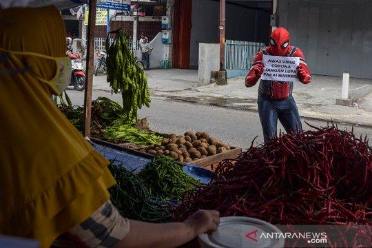Pahlawan super blusukan di pasar Pekanbaru sosialisasi soal COVID-19
