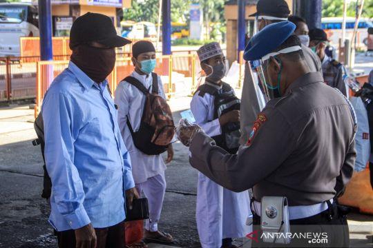 Jelang larangan mudik, polisi periksa KTP di terminal Bungurasih