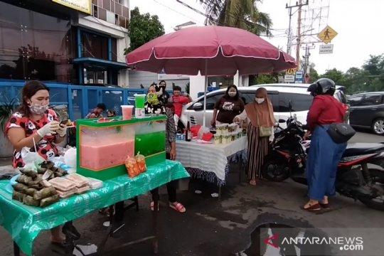 Penjual takjil bermasker padati Kebon Jeruk Jakarta Barat