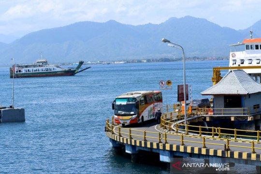Aktivitas penyeberangan di Pelabuhan Ketapang masih normal