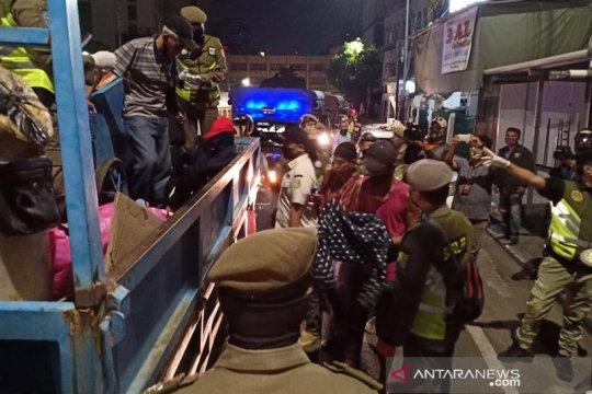 Pemkot Jakpus tampung 55 tunawisma Tanah Abang  di GOR Karet Tengsin