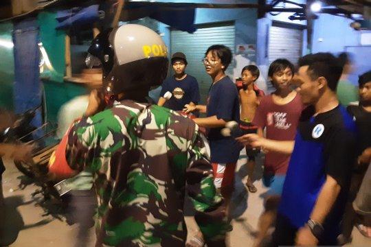Petugas gabungan bubarkan kerumunan remaja di Muara Angke