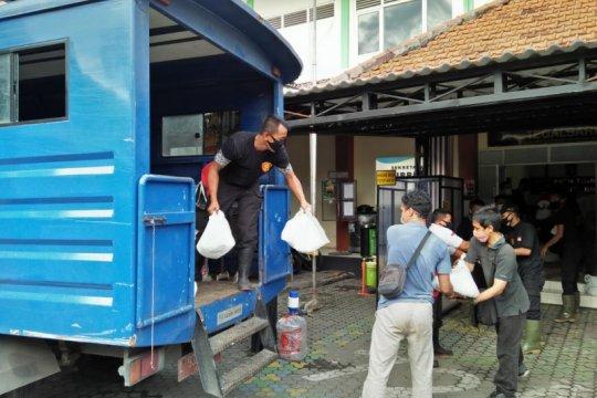 Sembako CSR perusahaan mulai didistribusikan ke warga MBR Surabaya