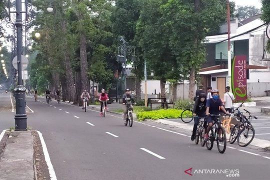 Pesepeda ngabuburit di Jalan Dago Bandung pakai masker