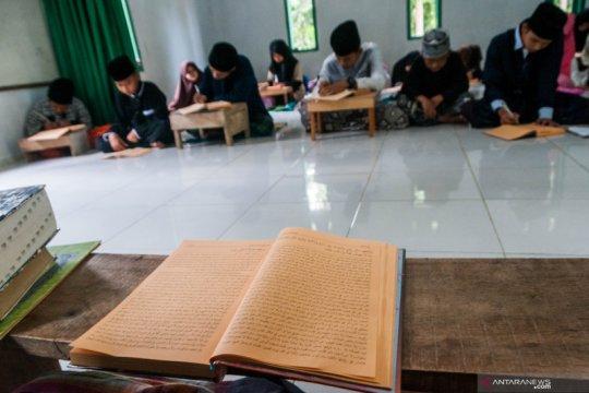 Mengaji kitab kuning di pesantren