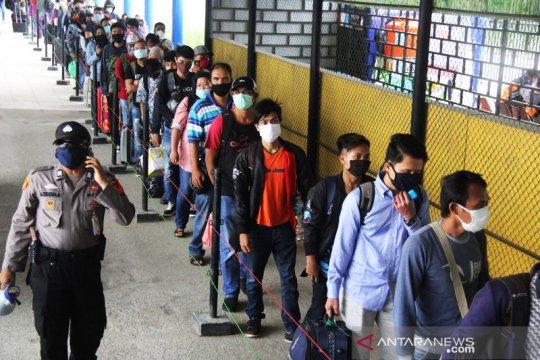 Perantauan dari Batam yang akan pulang kampung tiba di pelabuhan Dumai