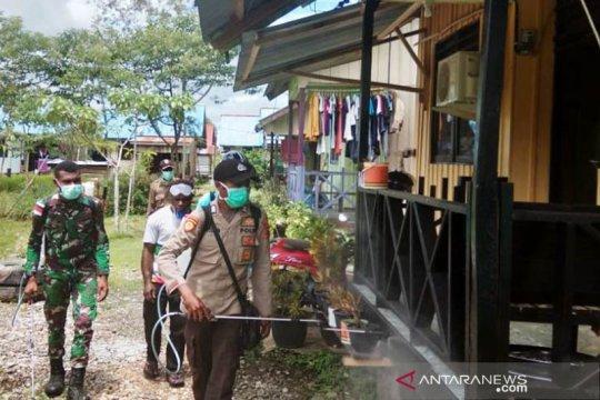 Polres Bangka Barat lakukan penyemprotan disinfektan rumah warga desa