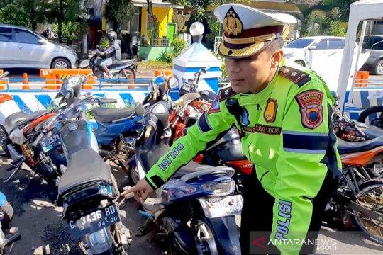 Petugas Satlantas Polresta Banyumas sita belasan motor balap liar