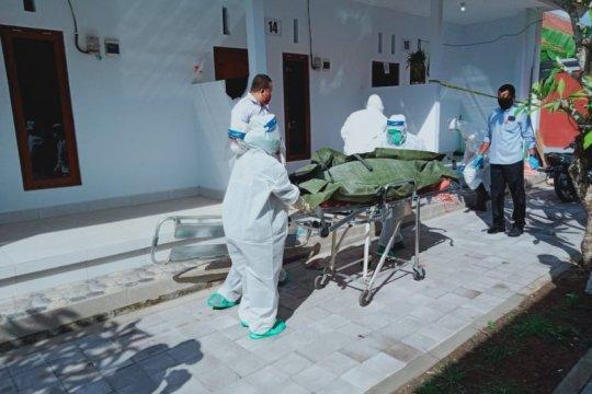 Petugas medis gunakan APD, evakuasi korban gantung diri di Bali