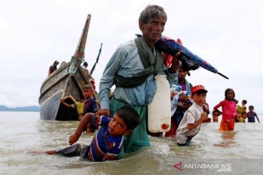 Puluhan warga Rohingya yang terjebak di laut tiba di Bangladesh