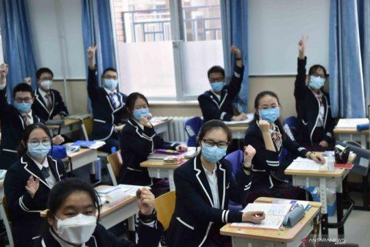 Siswa tingkat akhir di Kota Beijing kembali belajar di sekolah