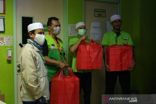 Dompet Dhuafa bagikan paket sembako kepada puluhan guru mengaji