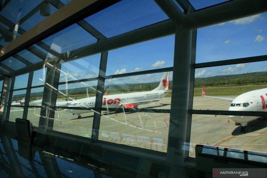 Akibat larangan terbang, belasan pesawat parkir di Bandara El Tari