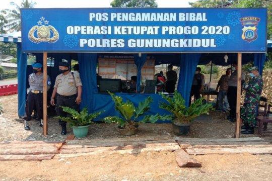 Petugas Posko Penyekatan Gunung Kidul menghalau kendaraan pendatang