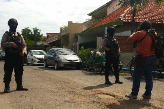 Densus 88 geledah ekspedisi tempat kerja terduga teroris di Surabaya