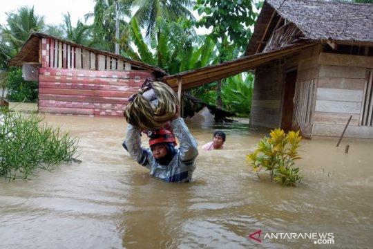 Ratusan pengungsi banjir Poso bertahan di tempat ibadah